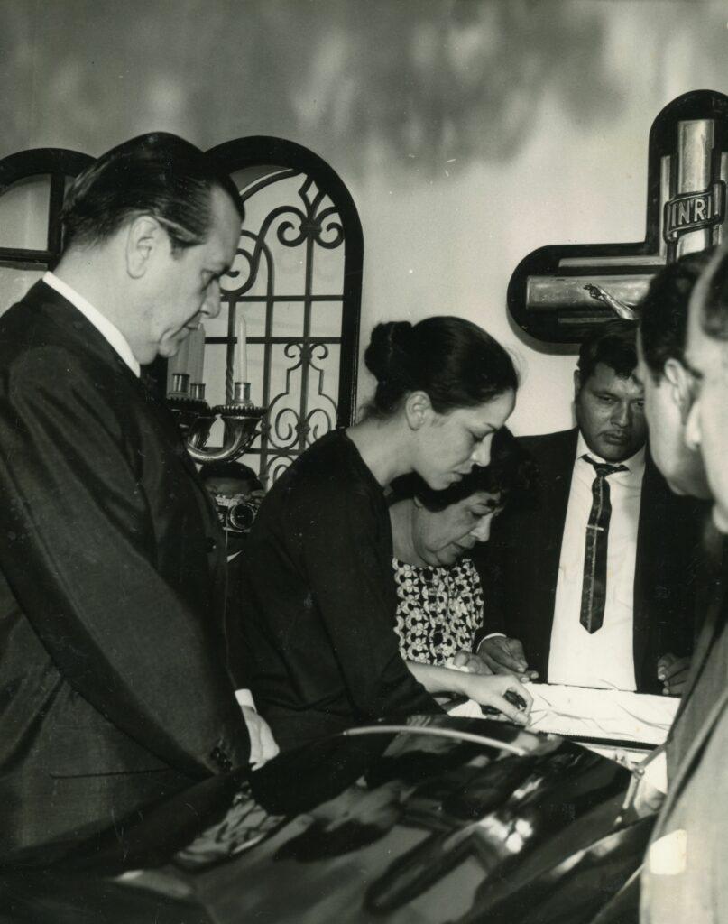 Funeral de Rómulo Gallegos. Rafael Caldera y Sonia Gallegos.